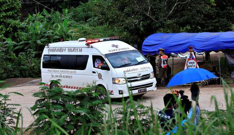 Una ambulància surt del complex de la cova de Tham Luang, a Tailàndia.