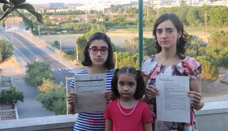 Soler i les seues filles posen amb els informes del metge i els Mossos amb la Biloba al fons, ahir.