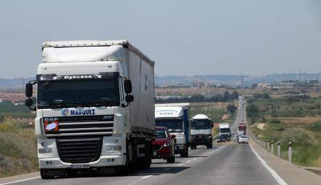 Imatge de camions circulant ahir per la carretera N-240.