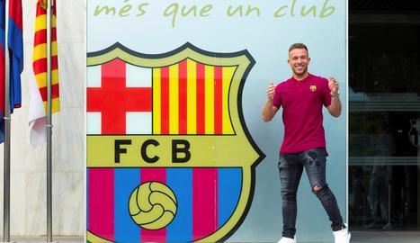 El centrecampista brasiler Arthur va posar ahir al costat de l'escut del Barça.