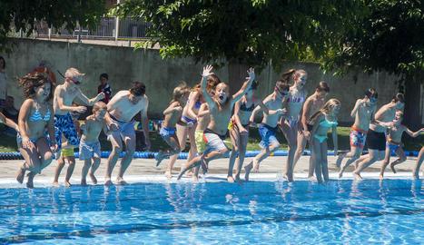 Petits i grans van saltar en l'acte central del Mulla't, diumenge al Palau d'Anglesola.