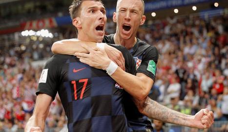 Mandzukic i Perisic, autors dels dos gols de Croàcia, celebren el decisiu que els va portar a la final.