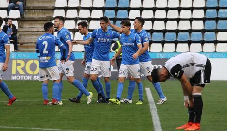 Jugadors del Lleida celebren un gol davant del València Mestalla.