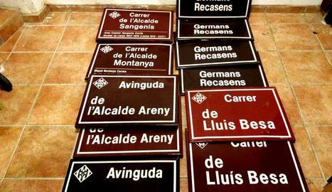Plaques de carrers amb noms suposadament franquistes.