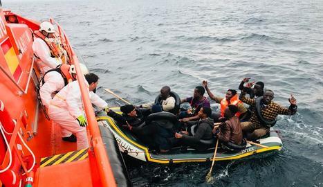 Operació de Salvament Marítim de nou homes i una dona ahir a prop de Tarifa.