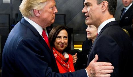 El president del Govern espanyol, Pedro Sánchez, saluda Donald Trump, ahir.