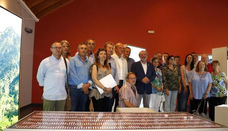Inauguració ahir a l'Oficina Comarcal de Turisme de Sort de l'exposició 'Perseguits i salvats'.