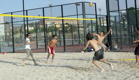 Joves de Cervera jugant a vòlei platja a la nova pista que s'ha habilitat a la ciutat.