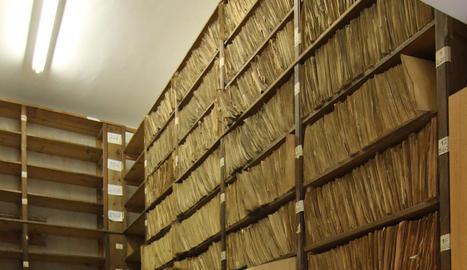 Insòlita imatge d'un dels passadissos del Màrius Torres ple de caixes amb documentació.
