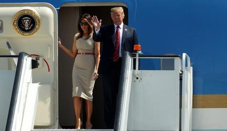 Trump i la seua esposa, Melania, ahir, a l'arribar al Regne Unit.