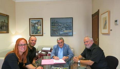 Firma del conveni, ahir amb l'alcalde i responsables del Centre.