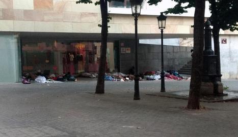 Imatge de temporers dormint sota la coberta del centre cívic de l'Ereta.