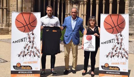 Ramon Bordas, gerent del club; Félix González, president, i Montse Pociello, dissenyadora del cartell de la campanya d'abonats.