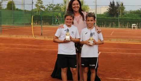 Lande i Adrià, amb la presidenta del CT Urgell, Blanca Nos.