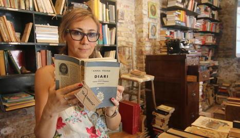 Estefania Reñé va comprar el volum en català al mercat dels Encants de Barcelona i el tenia a la seua llibreria de Lleida.