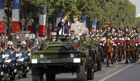 Macron saluda el públic congregat en l'arribada als Camps Elisis de París.
