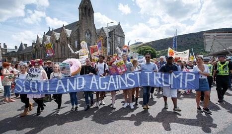 Milers de persones es van concentrar davant del Parlament escocès contra la presència de Trump.
