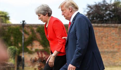 Trump agafant del braç May.