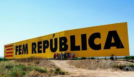 Els voluntaris que van participar ahir en la restitució del mural independentista de Bellpuig.