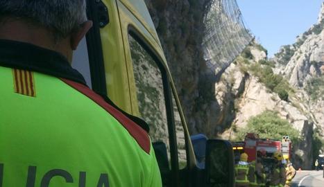Bombers treballant en l'accident d'Organyà.
