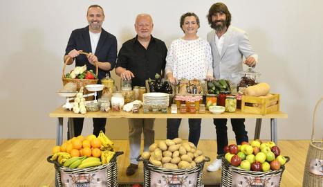 L'actor i gastrònom Juan Echanove, amb el presentador Santi Millán i els assessors de cada equip.