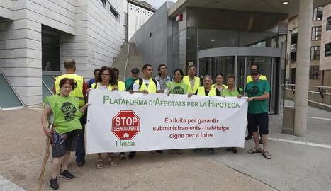 Abans del judici, una vintena de membres de la PAH es van concentrar davant dels jutjats.
