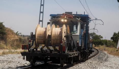 Maquinària utilitzada ahir per revisar la línia al seu pas per Bellpuig.