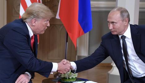 Els líders dels EUA i Rússia, Donald Trump i Vladímir Putin, ahir.