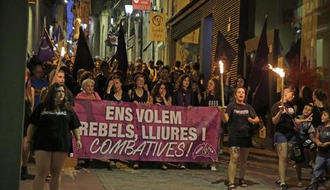 Lleida contra la violència de gènere - Un centenar de persones van participar ahir en la marxa nocturna convocada per la Marea Lila per rebutjar els feminicidis. L'acte va començar a les 22.00 hores a la plaça dels Fanalets de Lleida, al cost ...