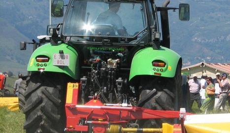 Imatge d'un tractor de grans dimensions que utilitza gasoil agrícola.