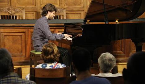 Un moment del concert del pianista Marc Heredia ahir a l'Aula Magna de l'IEI.