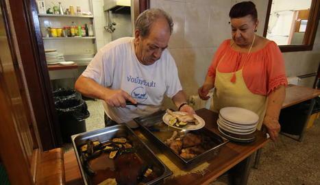 Usuaris de la Fundació Jericó feien cua ahir a la parròquia del Carme per recollir un tiquet per al dinar que serveixen després al carrer Tallada.