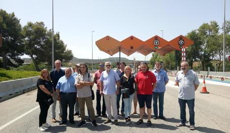 Edils i representants d'ERC concentrats ahir davant del peatge de l'AP-2 a les Borges.