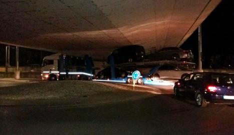 Un camió s'encalla sota el pont de les vies del tren