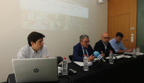 Àngel Ros i Rafel Peris van presentar l'informe al costat dels autors, Jordi Bailach i Roger Gaspa.