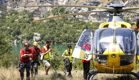 Bombers i geòlegs de l'ICGC van inspeccionar la zona per saber l'envergadura del despreniment.