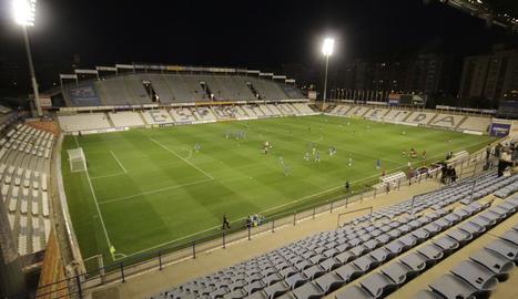 Una vista general del Camp d'Esports, on figuren patrocinadors i anunciants que col·laboren amb el Lleida Esportiu.