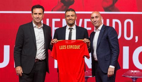 Luis Enrique, escortat pel director esportiu Molina i el president de la Federació, Luis Rubiales.