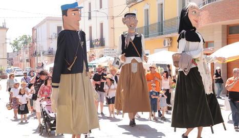 Els gegants passegen per la vila de Torregrossa durant la cercavila