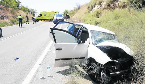 Dos dels vehicles implicats, en primer pla i al fons de la imatge.