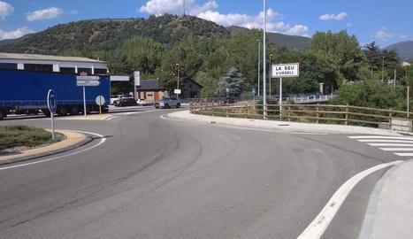 A l'esquerra, part de la rotonda que distribueix el trànsit i al fons, el pont sobre la Valira.