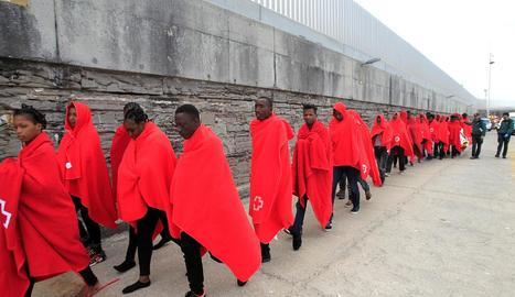 Imatge de l'arribada d'immigrants rescatats a l'Estret.