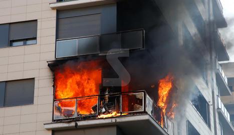 Espectacular incendio en un edificio en Lleida