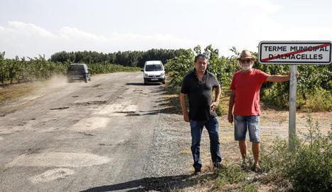 Dos veïns davant de l'indicador de final de terme. Els sots pertanyen a Lleida.