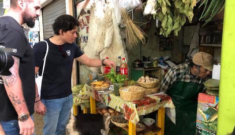 Javier Peña recorre diferents països a la recerca de la gastronomia autòctona.