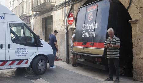 Imatge del vehicle atrapat al passatge.