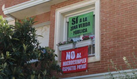 Un habitatge de Ciutat Jardí amb dos pancartes reivindicatives, ahir al matí.