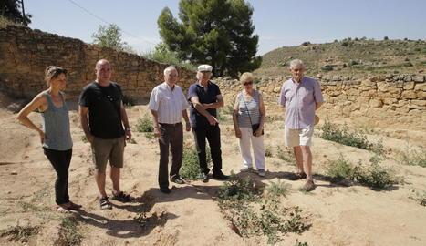 Veïns i familiars de soldats, a la fossa del vell cementiri.
