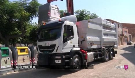 El camió de recollida dels nous contenidors a Alfés.
