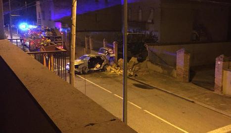 Imatge del cotxe després de l'accident (esquerra) i de l'estat en què va quedar el mur de la casa (dreta).